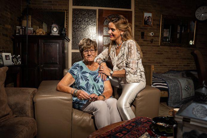 Ook mevrouw Kip uit Dieren, hier met haar dochter Jacqueline, lag wakker van het verliezen van haar vaste en deskundige hulp.