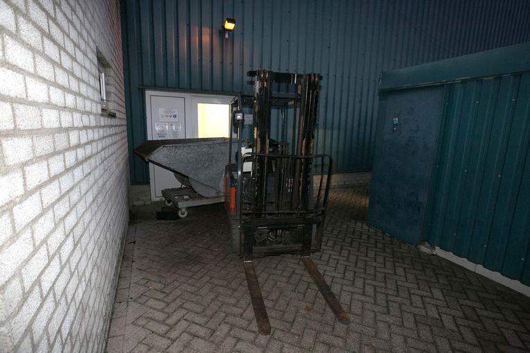 De heftrucks werden voor de poort gereden, zodat de seizoensarbeiders niet binnen konden.