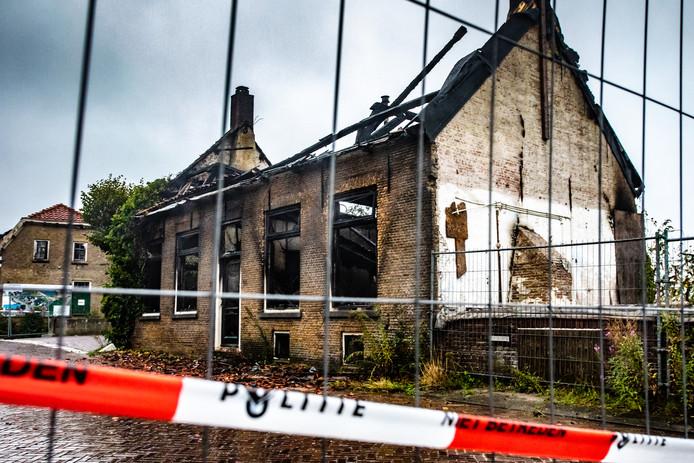 Het oude pand aan het Schouteneinde in Puttershoek staat in de buurt bekend als een 'kraakpand'.