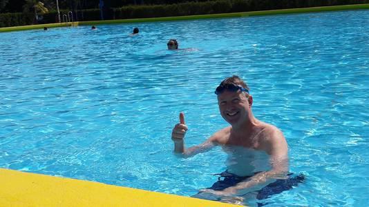 Bart van Tienen uit Bergen op Zoom kwam op de fiets en met zijn zwembroek al aan naar De Melanen in Halsteren voor zijn eerste duik buiten van dit jaar.