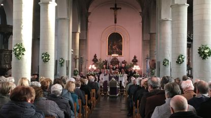 """Parochies nemen afscheid van geliefde pastoor Aloïs Vanlommel: """"Je hield van al jouw parochianen"""""""