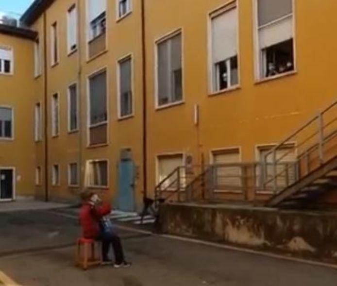 Stefano Bozzini speelt accordeon voor zijn stervende vrouw.
