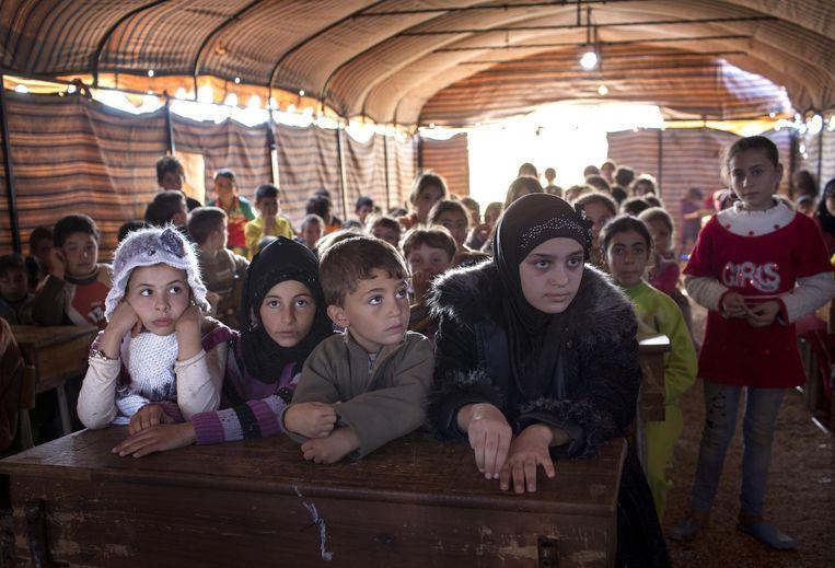 Kinderen krijgen les in het vluchtelingenkamp. Beeld  Getty.