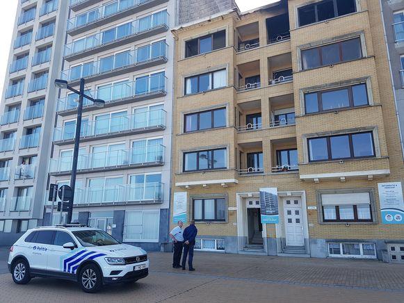 Archieffoto. De politie van Middelkerke bij het gebouw op de zeedijk, waar begin augustus de brand woedde en maandagavond opnieuw een melding kwam.
