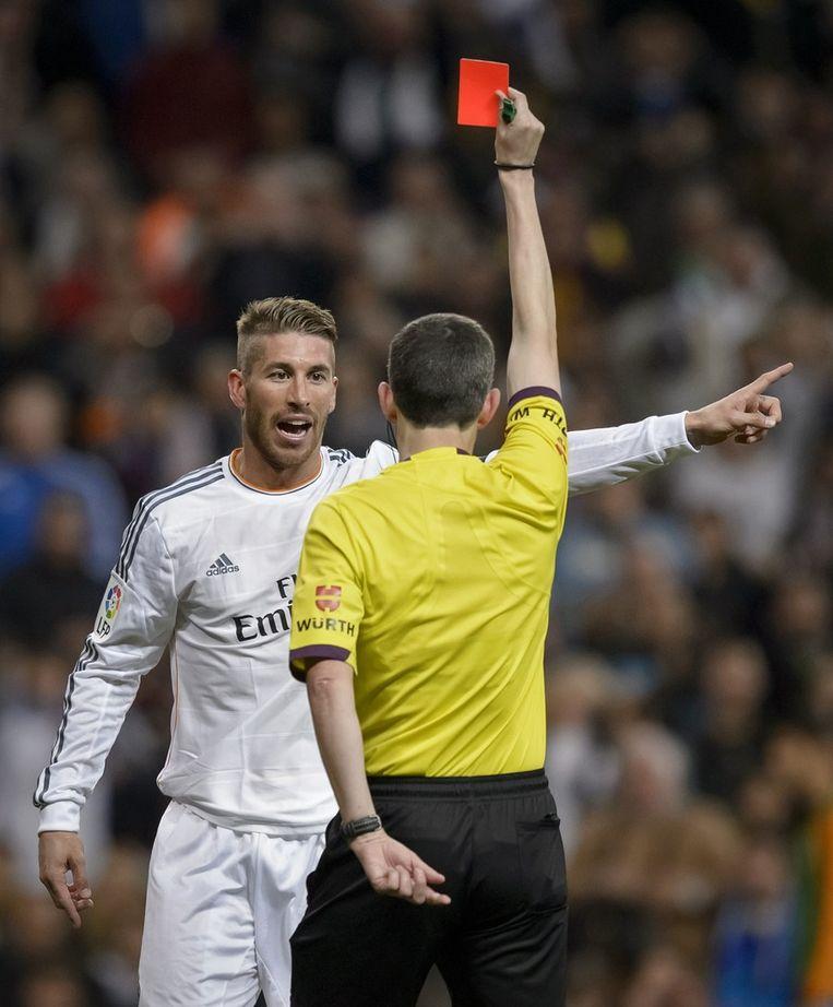 Sergio Ramos krijgt de rode kaart in de wedstrijd tegen Barcelona Beeld afp