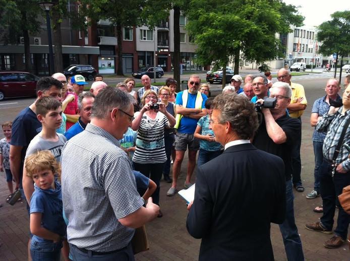 Wethouder Johan van der Schoot (rechts) neemt de handtekeningen in ontvangst van John Droppert.