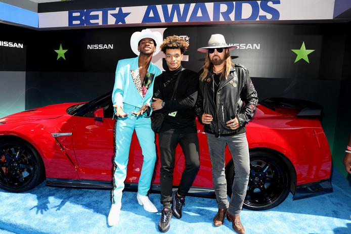 Lil Nas X, YoungKio (midden) en Billy Ray Cyrus bij de BET Awards vorige maand.