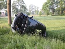 Auto belandt in sloot na ongeluk bij Hellendoorn