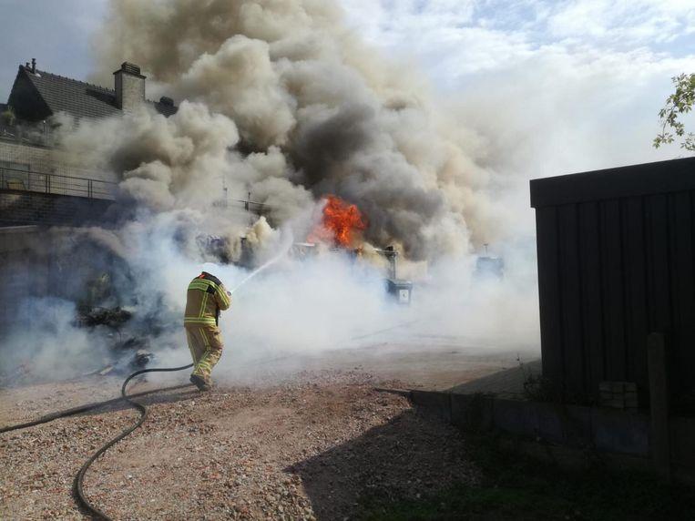 Bij aankomst van de brandweer sloegen de vlammen al uit het magazijn.
