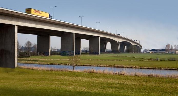 Montage van de brug voor de A15 over het Pannerdsch Kanaal, waarvoor een foto is gebruikt van de Pleijbrug bij Arnhem. beeld Erik van 't Hullenaar