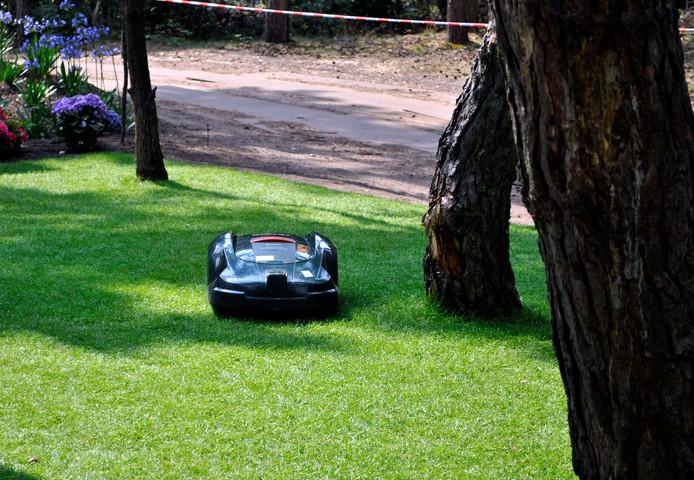 Een automatische grasmaaier, ook wel robotmaaier genoemd. Foto ter illustratie.