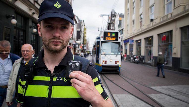 Agenten mogen zelf bepalen wanneer een bodycam kan worden aangezet, en dat kan volgens Bits of Freedom tot problemen leiden Beeld Rink Hof