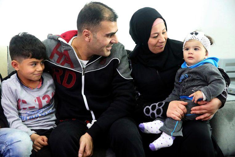 Ammar Sawan (midden) is met zijn uit Syrië gevluchte gezin vanuit Amman in Jordanië drie maanden geleden de procedure begonnen om tot de VStoegelaten te worden. Die hoop is opeens vervlogen. Beeld ap