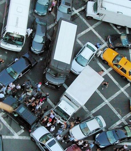 Zo hoog is de boete als je een kruispunt blokkeert, ook al rijd je door groen