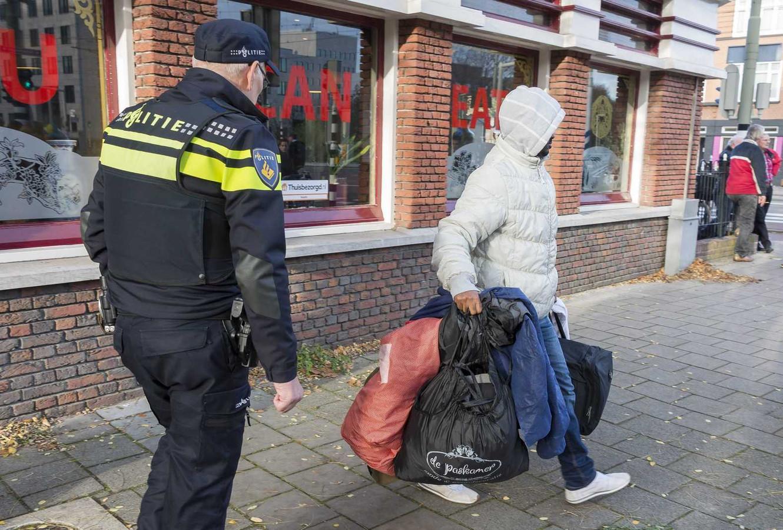 Foto ter illustratie. Politieagenten stuurden protesteren vluchtelingen eerder weg voor de gevel van een Chinees restaurant.
