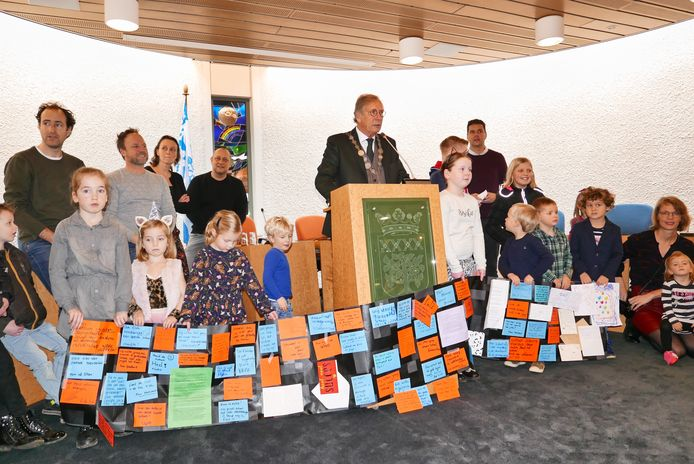 De laatste nieuwjaarsreceptie van de gemeente Haaren werd aangegrepen voor een protest door leerlingen van de Willibrordusschool in Esch en hun ouders.