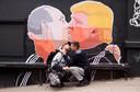 Donald Trump kust op deze muurschildering met Vladimir Poetin.