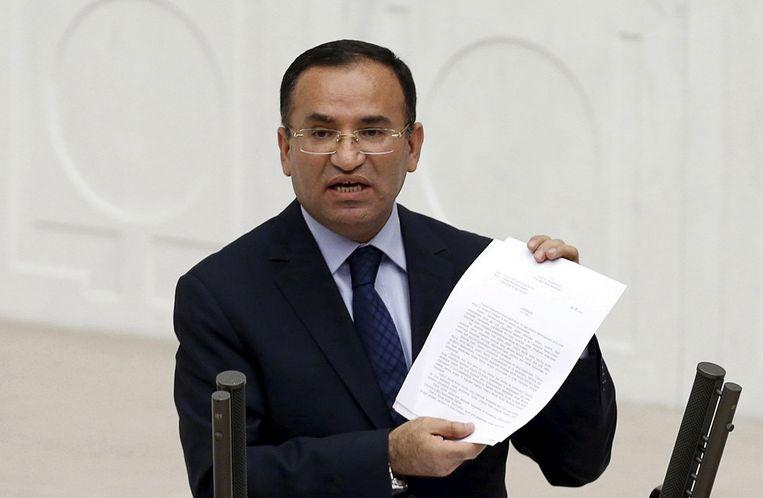 De Turkse vicepremier en justitieminister Bekir Bozdag , partijgenoot van de AKP van Erdogan.