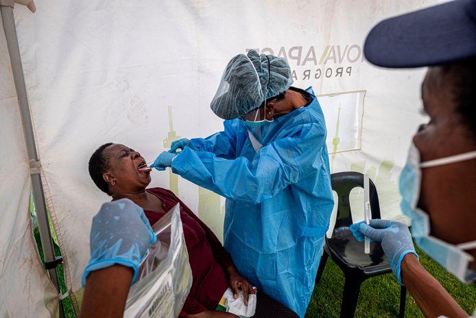 Een vrouw in Zuid-Afrika wordt getest op het coronavirus.