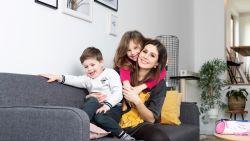 """ZOVEEL VERDIEN IK. Julie (30) woont met haar mama en twee kinderen in een kangoeroewoning: """"Ik betaal 760 euro af, en dat is haalbaar"""""""