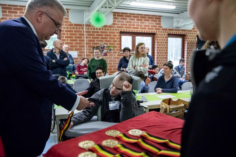 Op de slotdag van 'Eten is een feest' bij Ter Heide in Genk mocht prins Laurent de deelnemers een medaille schenken.