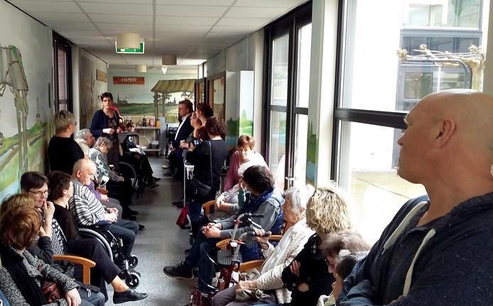Opening van het 'Panorama Roks' door manager Mien de Jong en wethouder Frans Verbraak. Frank Roks luistert helemaal rechts.