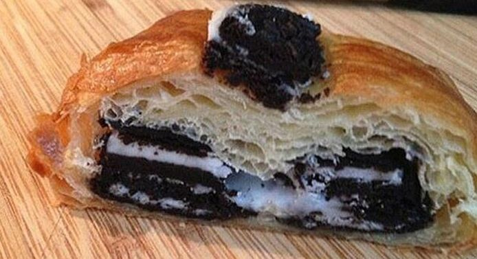 De cronut wordt meestal gevuld met room, maar andere vullingen en toppings zijn ook mogelijk. Deze cronut is niet het broodje dat door Lidl wordt verkocht.