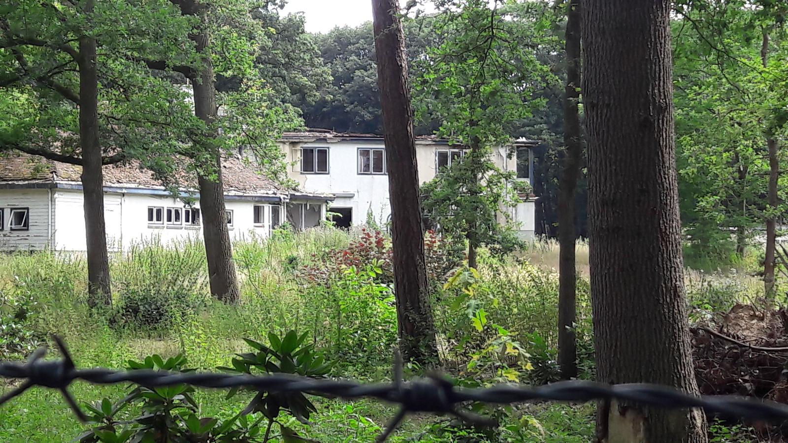 ▲ De Moergestelse Villa Dennenhoef stamt uit 1910 en haalde het landelijke nieuws in 1994 toen crimineel Antonio Brizzi er werd vermoord. De woning stond jarenlang te verpauperen. De nieuwe eigenaar heeft het pand eind vorig jaar gesloopt.