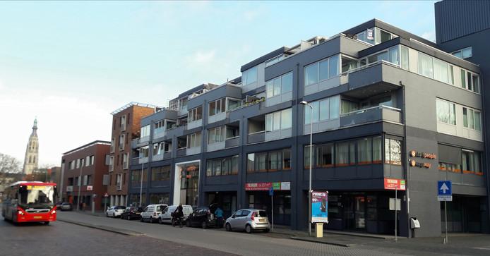 De flat op de hoek van de Markendaalseweg en de Concordiastraat in Breda, tegenover de geplande nieuwbouw op het voormalige UWV-terrein.
