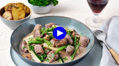 Dit luilekkere avondmaal met filet mignon en veel veggies bereid je snel in één pan