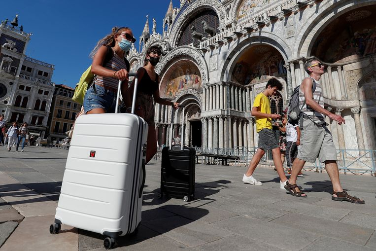 Toeristen met mondkapje op het San Marcoplein in Venetië. Beeld Reuters