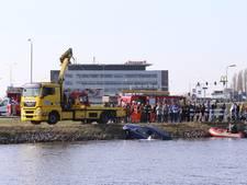 Auto in kanaal bij Rosmalen, omstanders springen water in en redden automobiliste