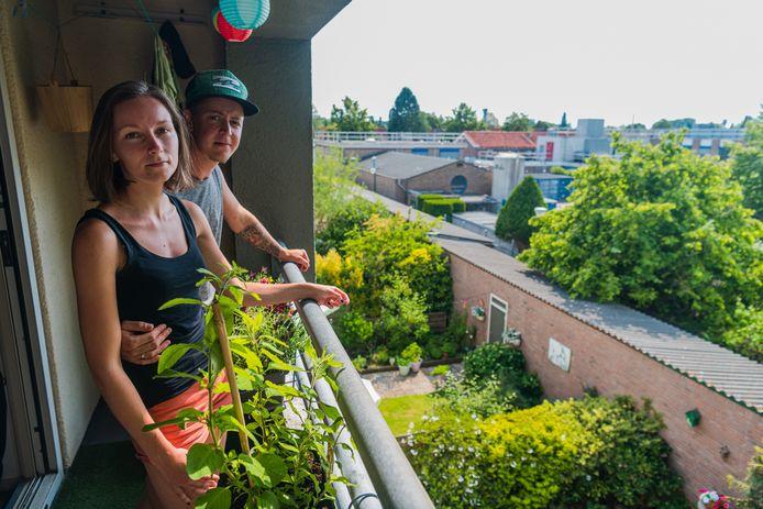 """Nanne Versteegh en Mara Koren kijken al vier jaar uit op  MSD. ,,Nu lijkt er een zeven meter hoog gebouw tot op vier meter van de achtertuinen te komen.  MSD doet of alles al geregeld is."""""""