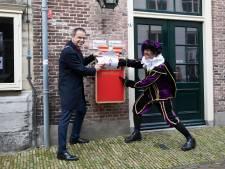Burgemeester levert eerste lading tekeningen hoogstpersoonlijk af bij het Huis van Sinterklaas in Zierikzee