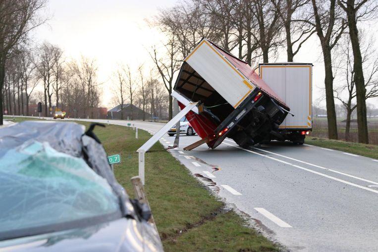 Een gekantelde vrachtwagen in Kampen. Beeld null