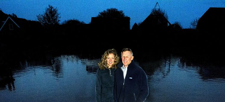 Dirk Nauta in Uitwellingerga naast zijn dochter Yvonne: 'Je bent geddorie Nederlands kampioen, dat speel je niet uit.' Beeld Jan van der Weij