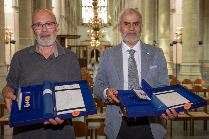 Tohame El Uarichi (l) en Hoummad Nahari kregen vrijdag alsnog hun koninklijke onderscheiding in de Grote Kerk in Goes.