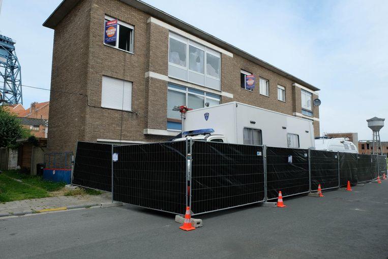De voorkant van het huis werd met hekken afgesloten.