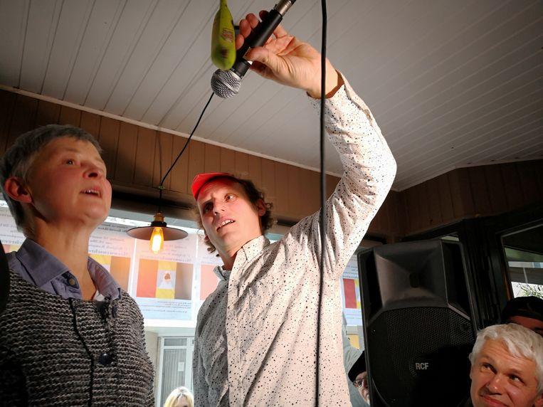 Vorig jaar op het BK meeuwenschreeuwen waagden wel een aantal vrouwen hun kans. Claude Willaert, die dit jaar het EK organiseert, staat rechts in beeld.