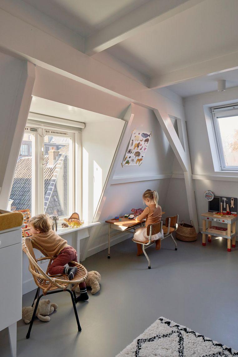 'Dit is de verdieping waar de kinderen slapen. Sommige balken waren er slecht aan toe, we hebben ervoor gekozen om ze wit te verven, de balken die nog mooi waren hebben we alleen geschuurd.' Beeld fotografie Jordi Huisman, styling Joske Simmelink