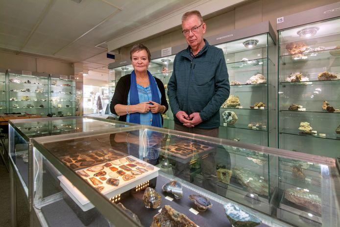 Ilse Ellmer en Kees Mak in het Velps Geologisch Museum.