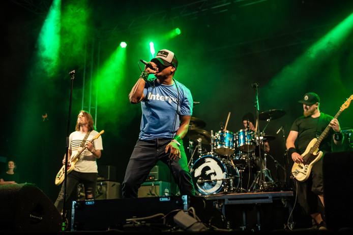 Rapper/zanger Rudeboy Lemington samen met Green Lizard op het podium