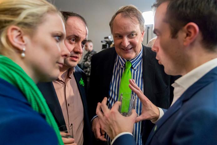 Verkiezingsavond in den Bosch met Marianne van der Sloot (links) en Huib van Olden (tweede va nrechts) van het CDA in gesprek met Ufuk Kâhya (GroenLinks) en Mike van der Geld van D66 (rechts).