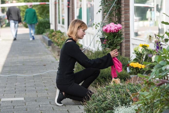 Er worden bloemen gelegd bij het huis waar Megan werd doodgestoken.