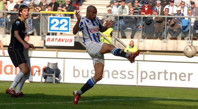Afonso Alves haalt uit voor één van zijn zeven goals tegen Heracles.