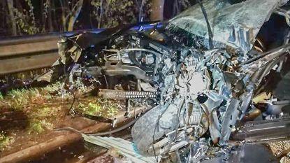 Wagen botst tegen botsabsorbeerder op E40: twee gewonden en motorblok tientallen meters weggeslingerd