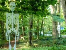 Skeletten zetten verzet tegen natuurbegraven op landgoederen in Wapenveld kracht bij