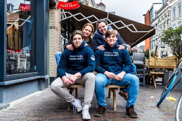 Jos de Winter en zijn gezin. Zijn twee zoons dragen een hoody uit de kledinglijn. Van links naar rechts:  Julius (17), Ursula (49), Jos (48) en Bonne (15).