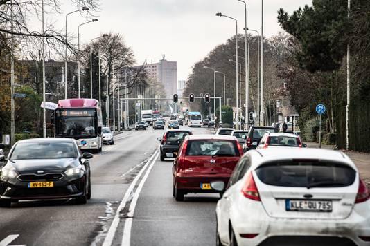 De Graafseweg in Nijmegen. Op de foto: het gedeelte tussen Rozenstraat en Wolfskuilseweg. Kijkrichting is de stad uit.