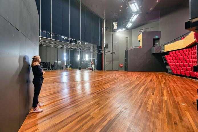 Directrice Charlotte Louwers in de lege grote zaal van theater De Bussel in Oosterhout.